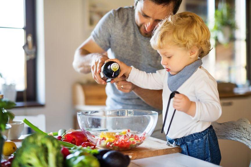 Vater und Sohn machen gemeinsam einen Gemüsesalat