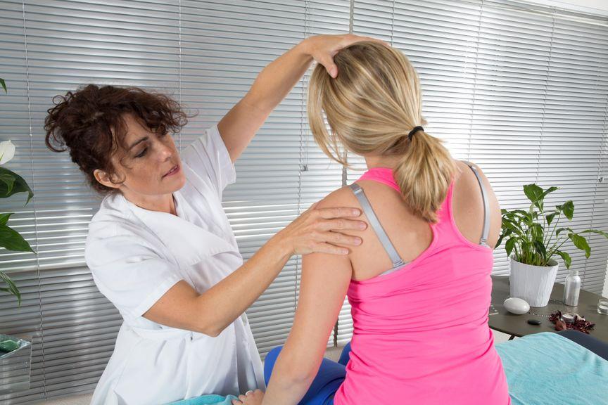 Shiatsu Massage,Therapeutin behandelt Nackenschmerzen