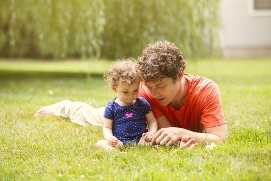 Vater mit Tochter auf dem Rasen