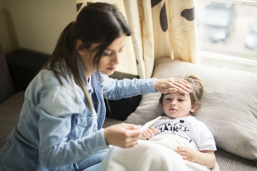 Mutter misst bei ihrer kleinen Tochter Fieber