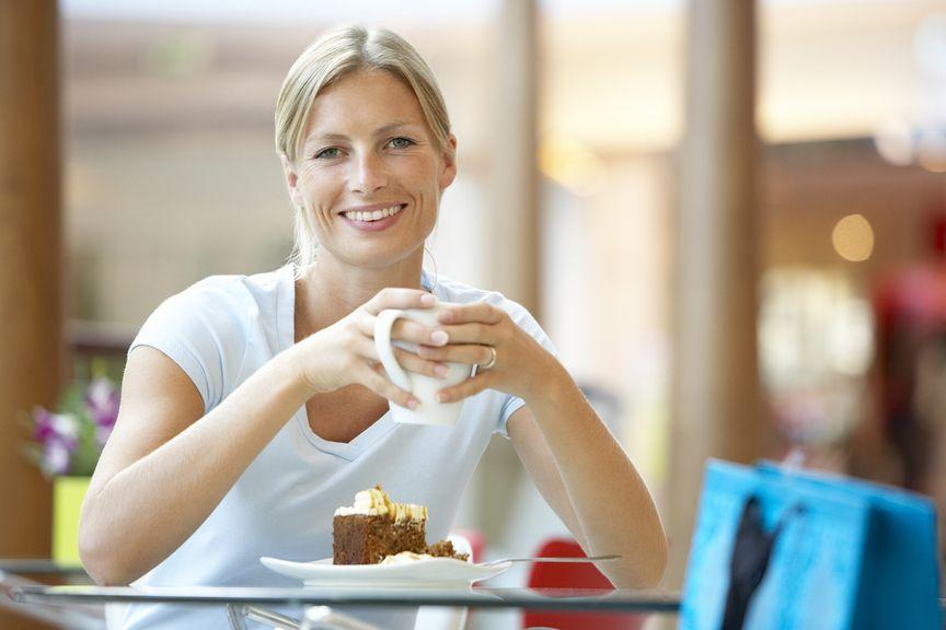 Frau mit Kaffe und Kuchen