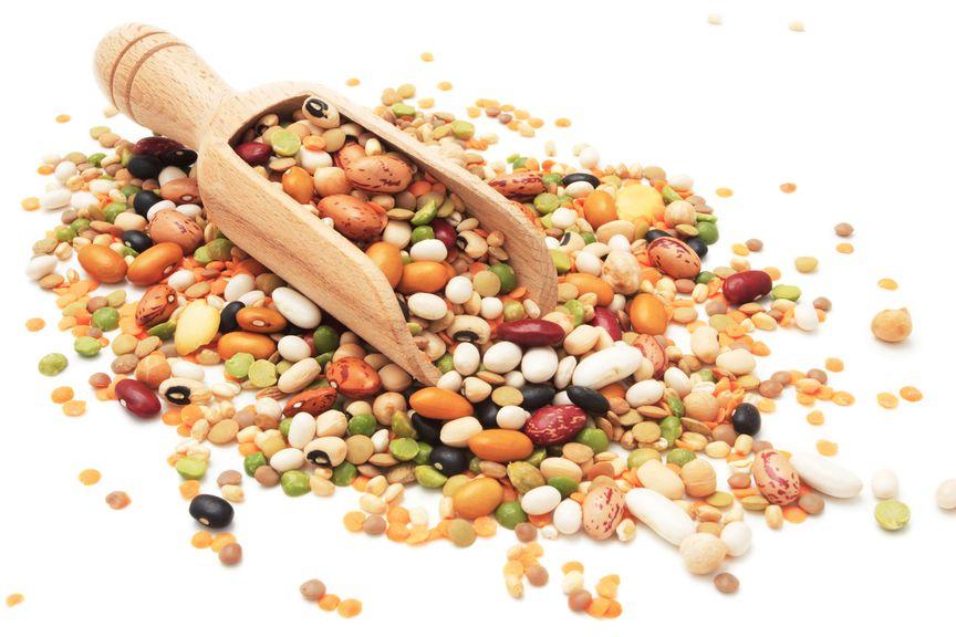 diverse Hülsenfrüchte mit Holzschaufel