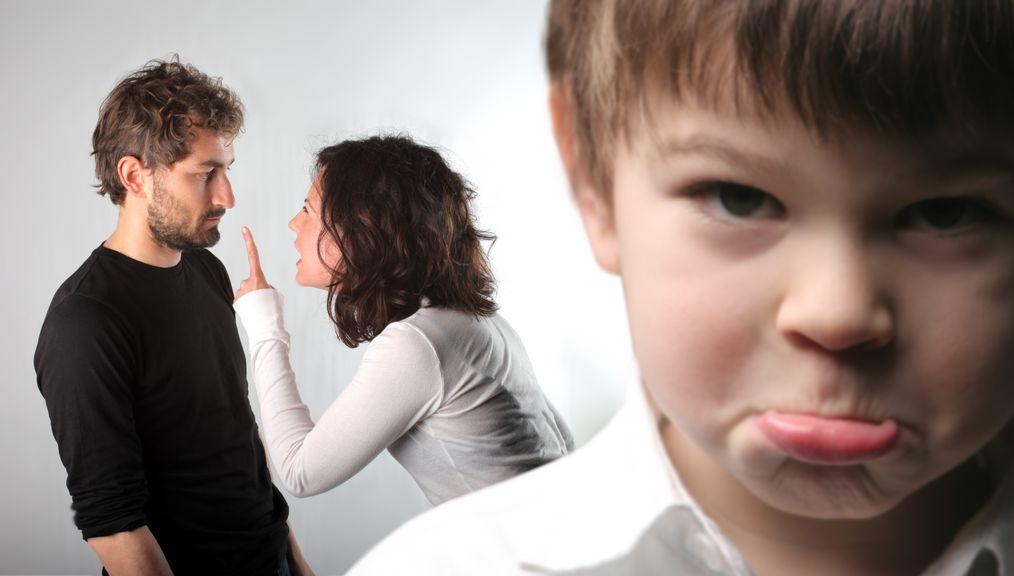 Eltern streiten vor ihrem Kind
