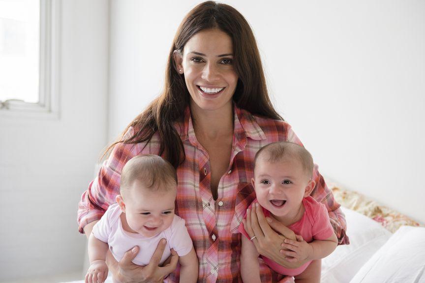 Mutter mit ihren Zwillingen im Arm