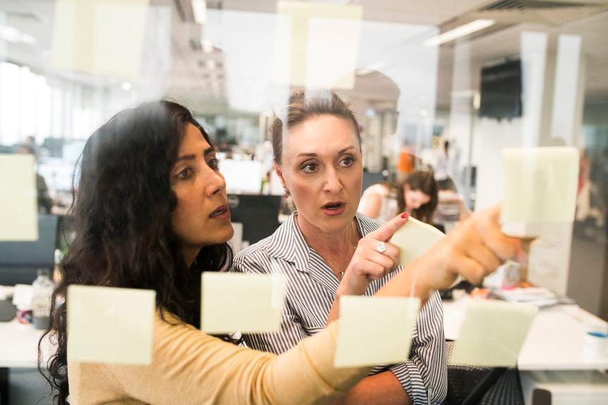 Zwei Frauen organisieren ihren Job