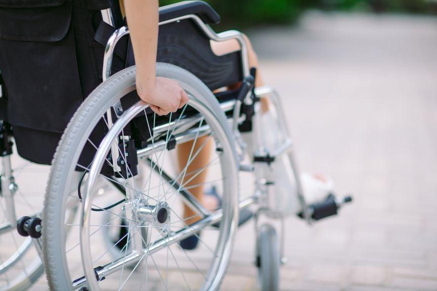 Rollstuhl von hinten