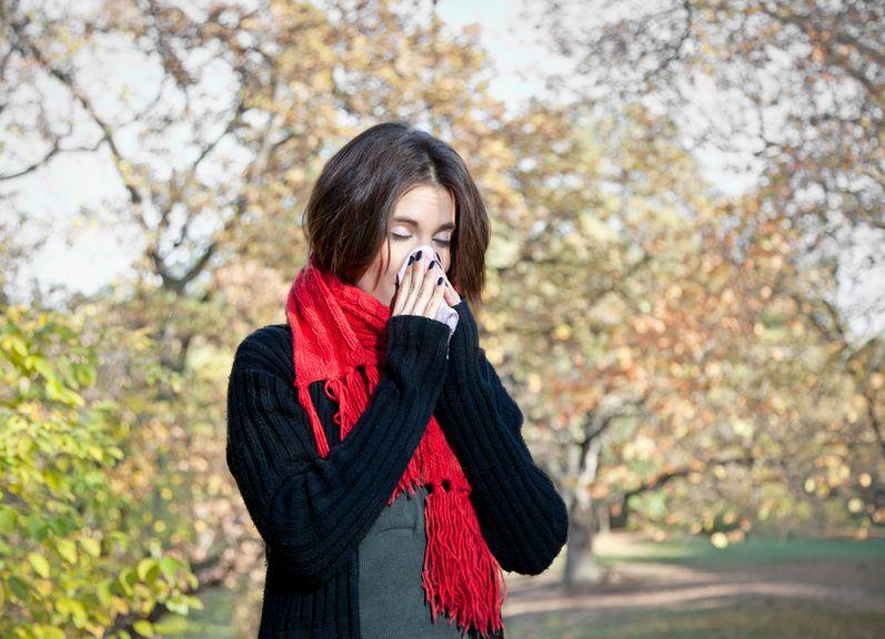 Frau benutzt ein Taschentuch