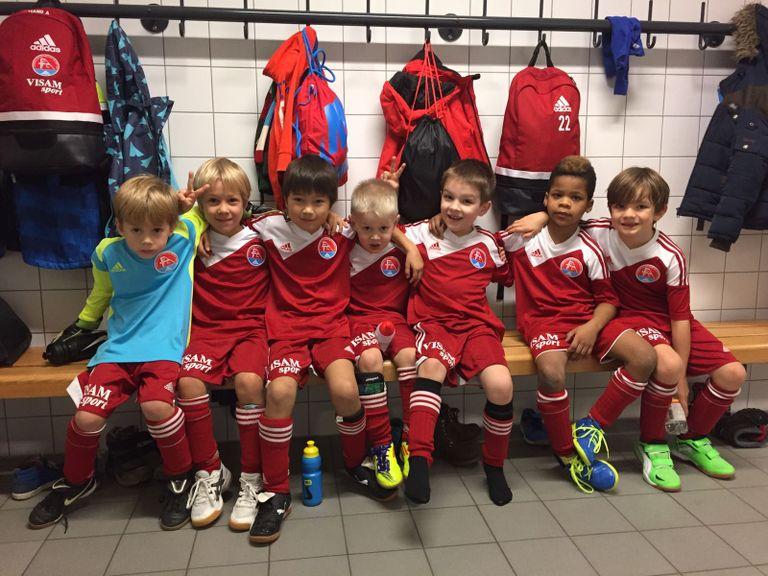 Kinder im Fussballdress in der Garderobe