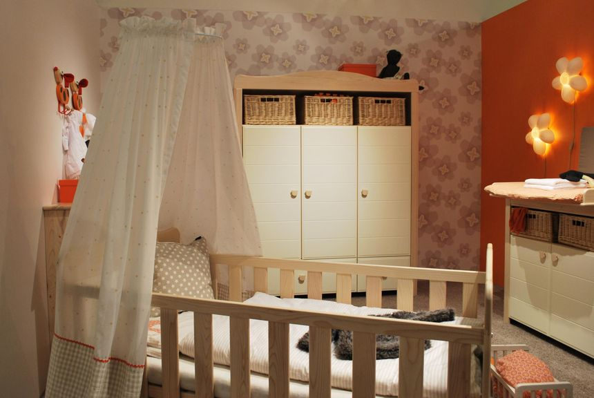 Gitterbett mit Betthimmel, Kasten und Kommode