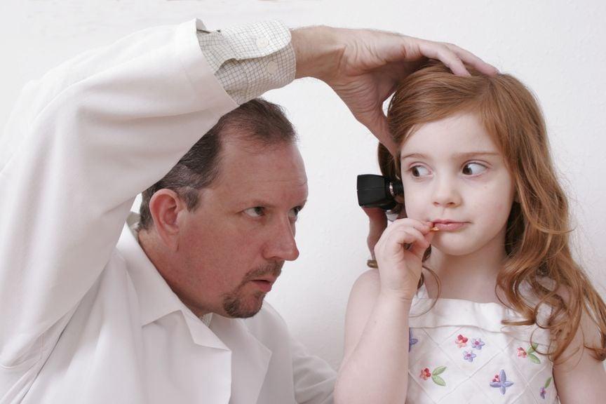 Kinderarzt untersucht das Ohr