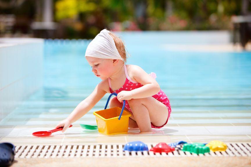 Mädchen spielt am Pool