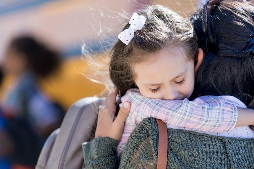 Mädchen ist umarmt traurig seine Mutter