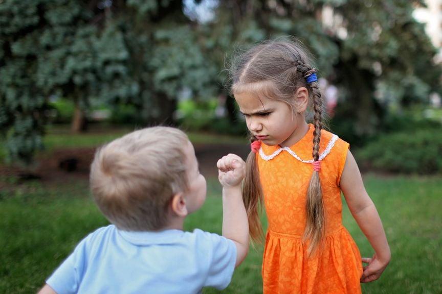 Junge zeigt Mädchen die Faust