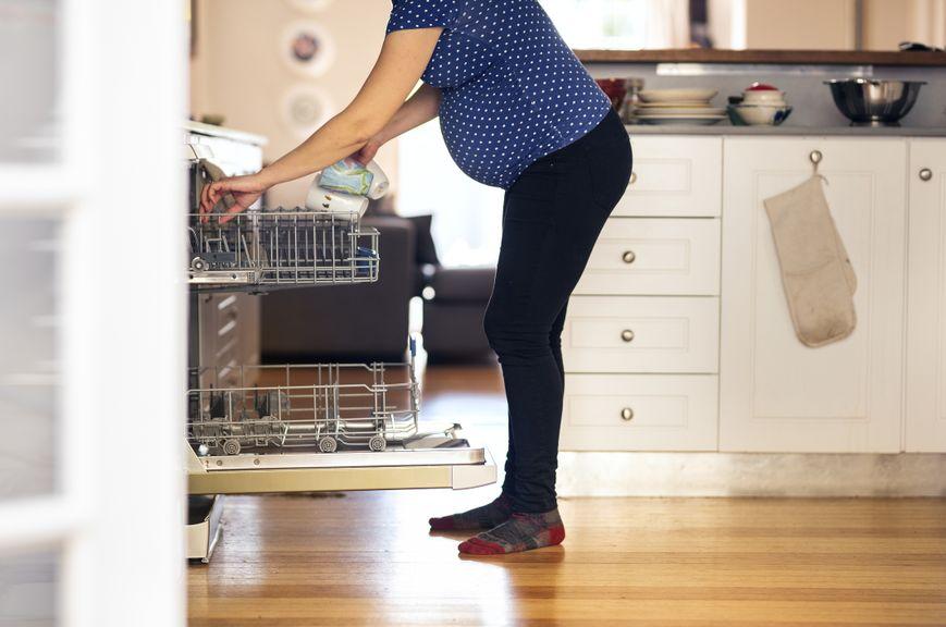 Schwangere macht Haushalt
