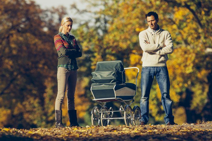 Paar im Konflikt mit Kinderwagen