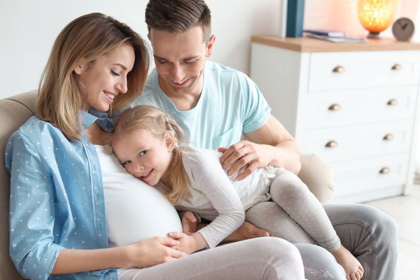 Schwangere mit Partner und Tochter
