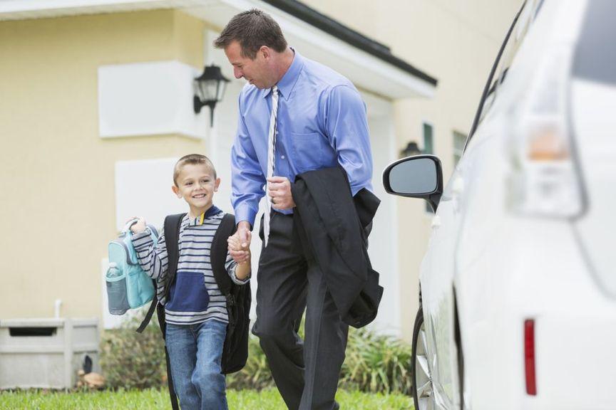 Vater bringt Kind mit Auto zur Schule