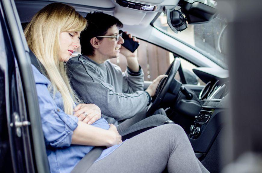 Hochschwangere mt Wehen im Auto, Partner telefoniert