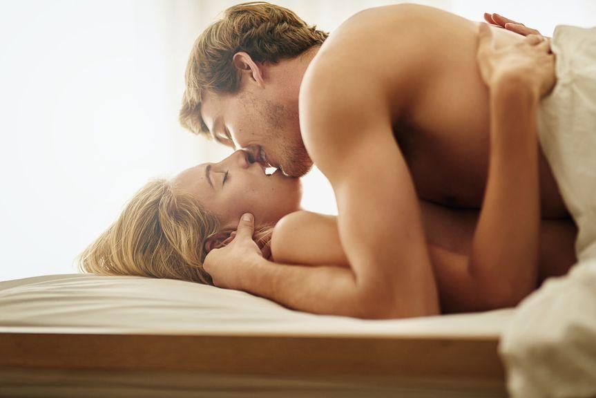 Paar küssend  im Bett,Paar zärtlich im Bett