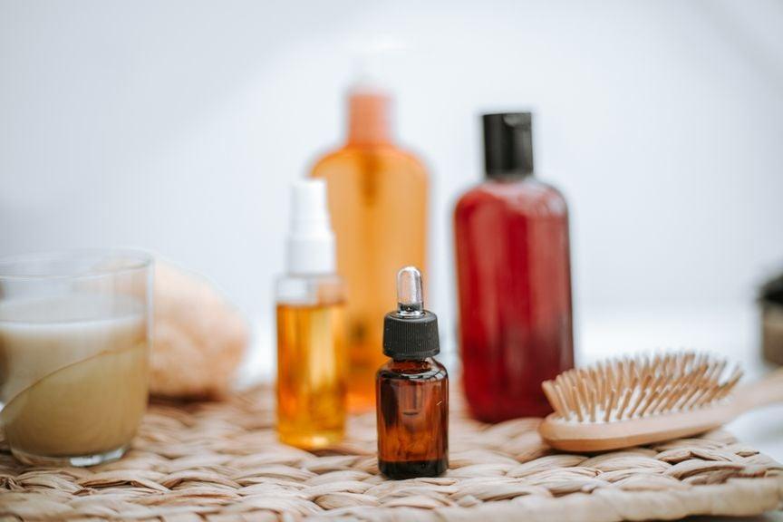 Pflegeprodukte und Haarbürste