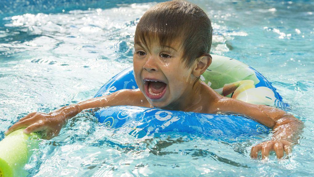 Junge im Wasser, der Angst hat