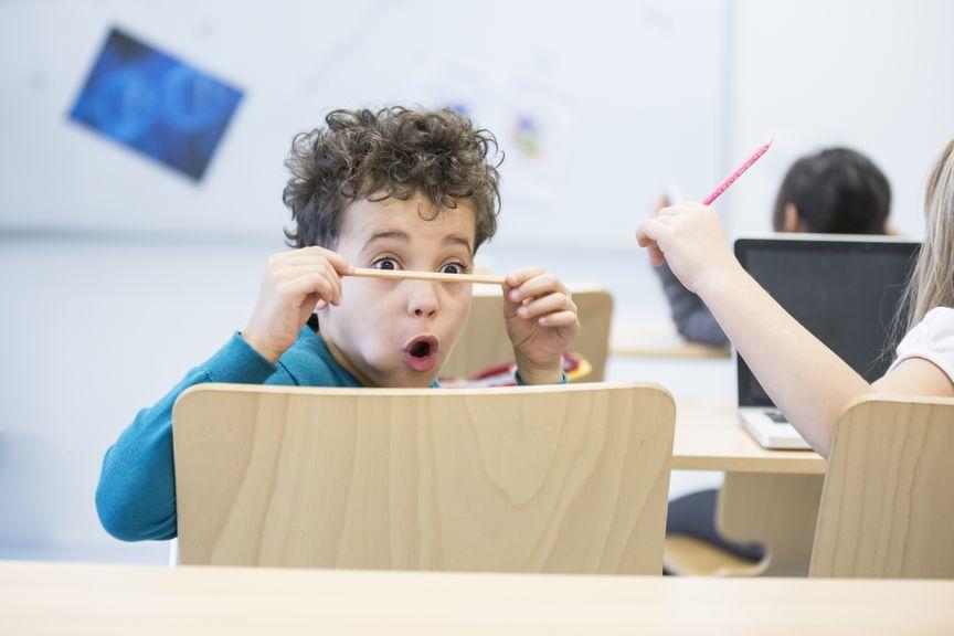 Junge macht Grimasse in der Schule
