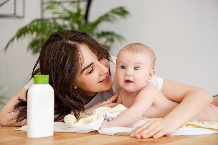 Mutter und ihr Baby mit Pflegeprodukt