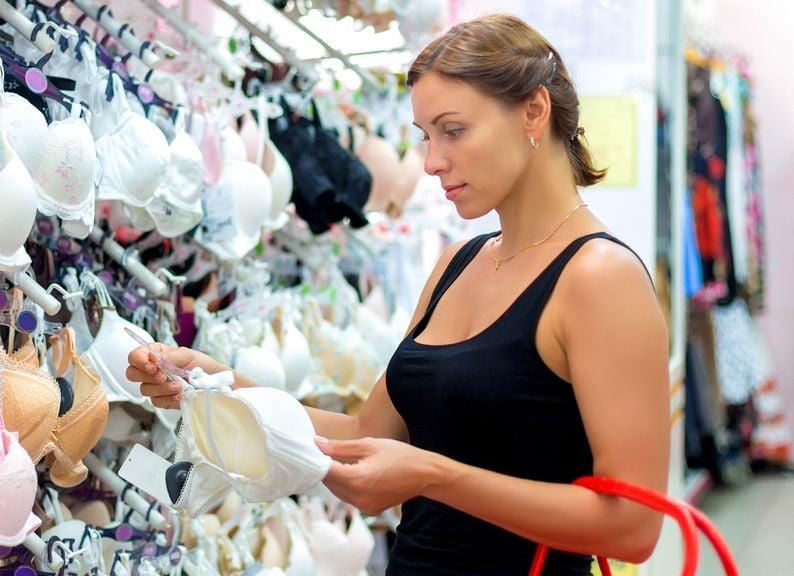 Frau sucht einen BH aus