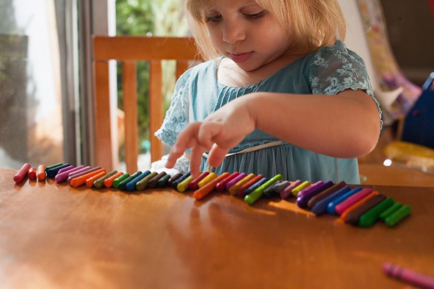 Kind spielt mit Neocolor
