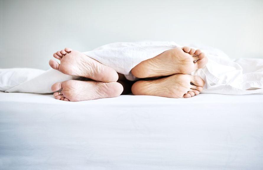 Füsse unter der Bettdecke