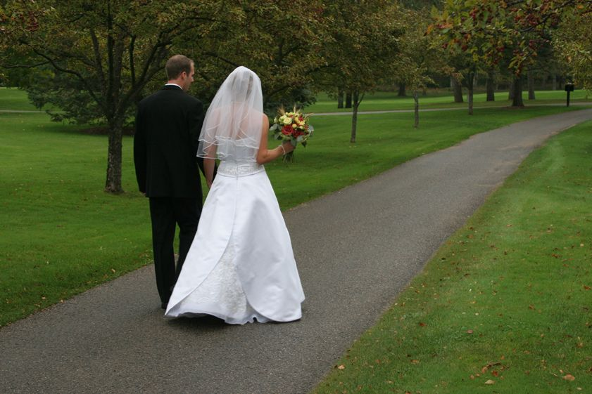 Hochzeitspaar auf dem Weg zur Trauung