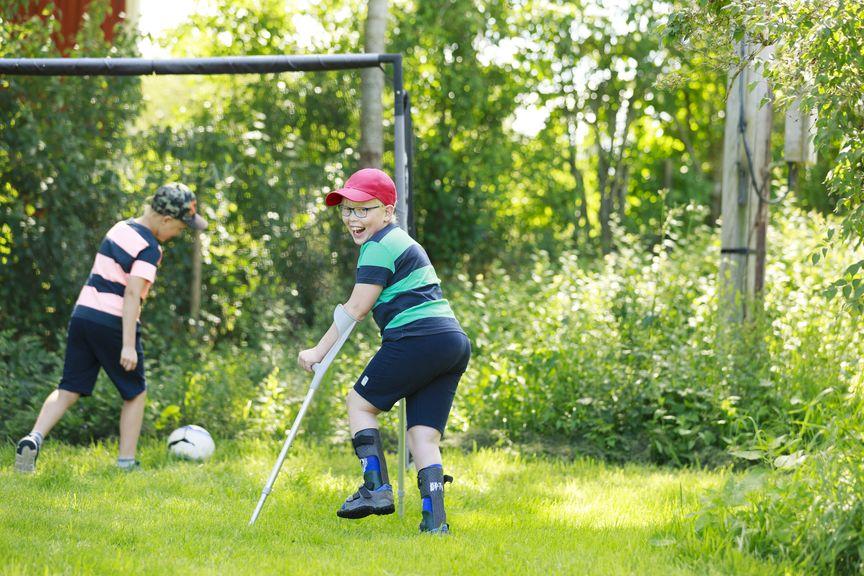 Kind mit Kürcken am Fussballspielen