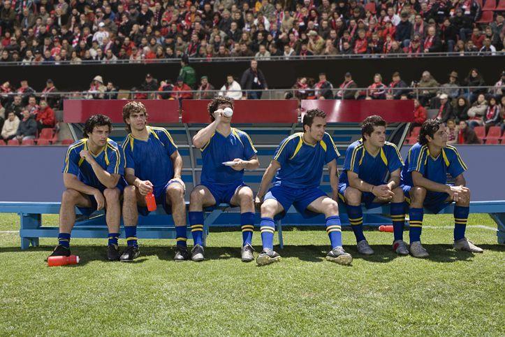 Fussballspieler im Stadion sitzen auf der Bank