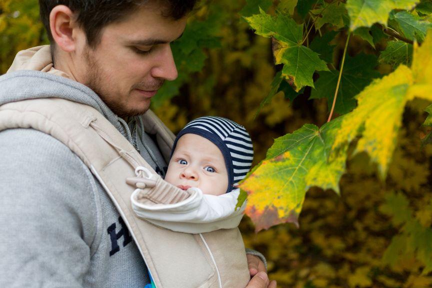 Vater mit Baby im Babytragsack
