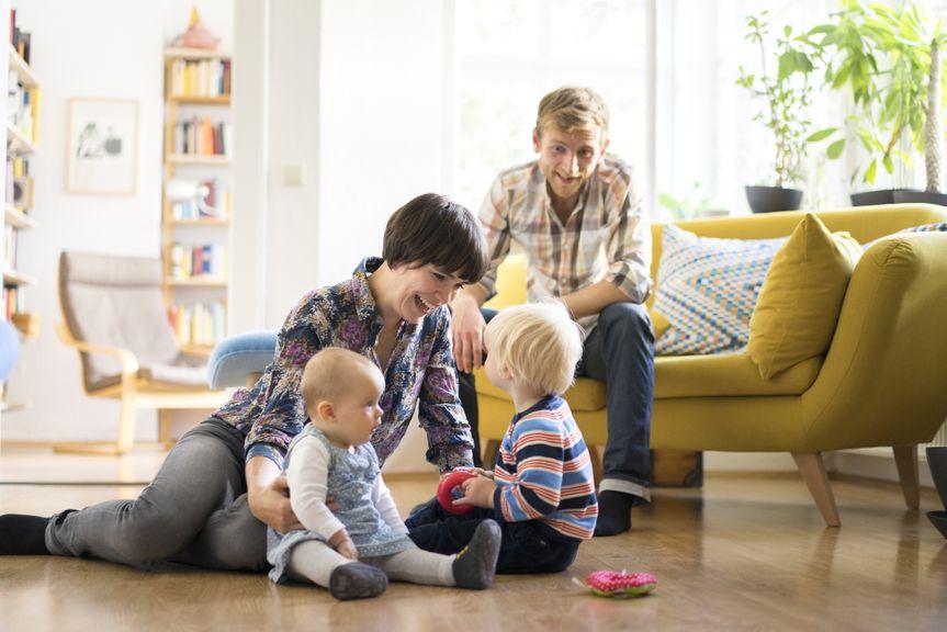 Familie mit Baby und Kleinkind