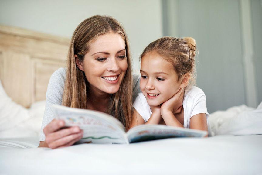 Mutter lesen in einem Buch
