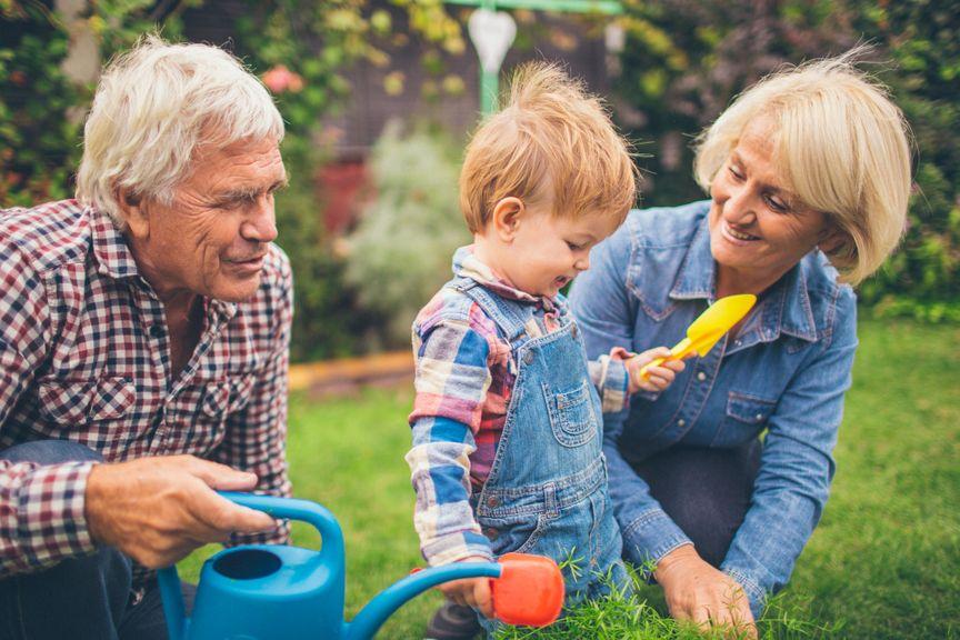 Grosseltern mit Enkel im Garten