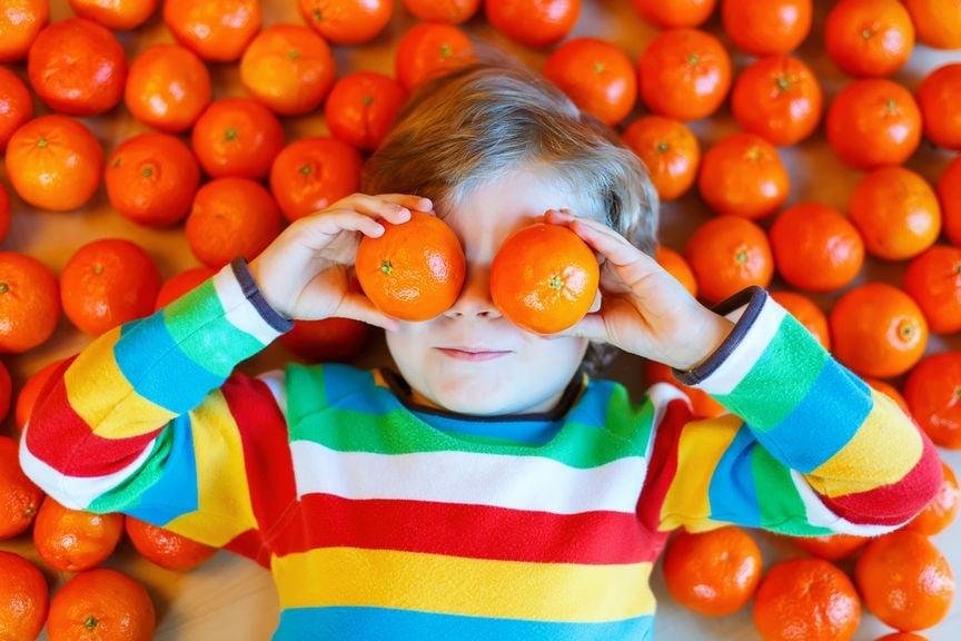Kind mit Mandarinen