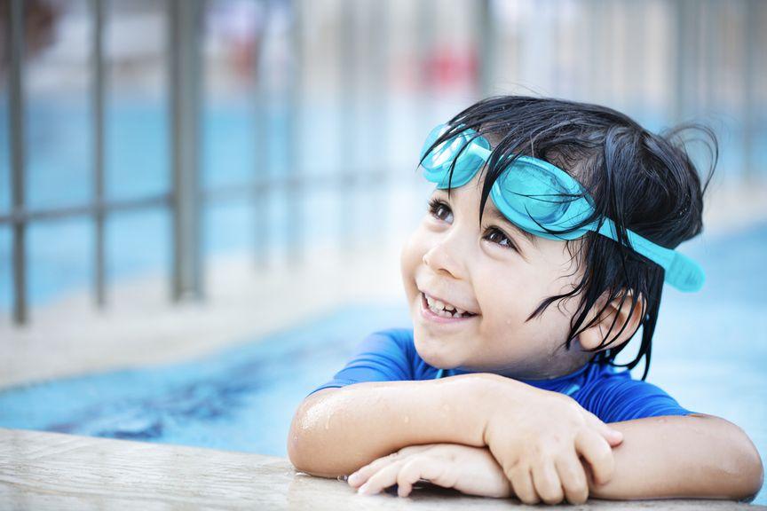 Kind mit Schwimmbrille im Wasser