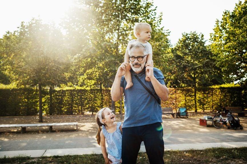 Grossvater unterwegs mit seinen zwei Enkeln