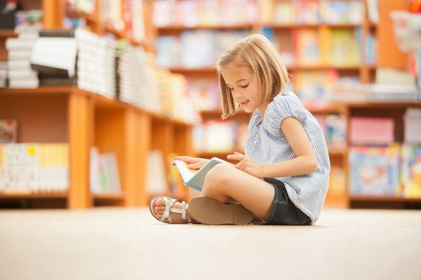 Kind in der Bibliothek