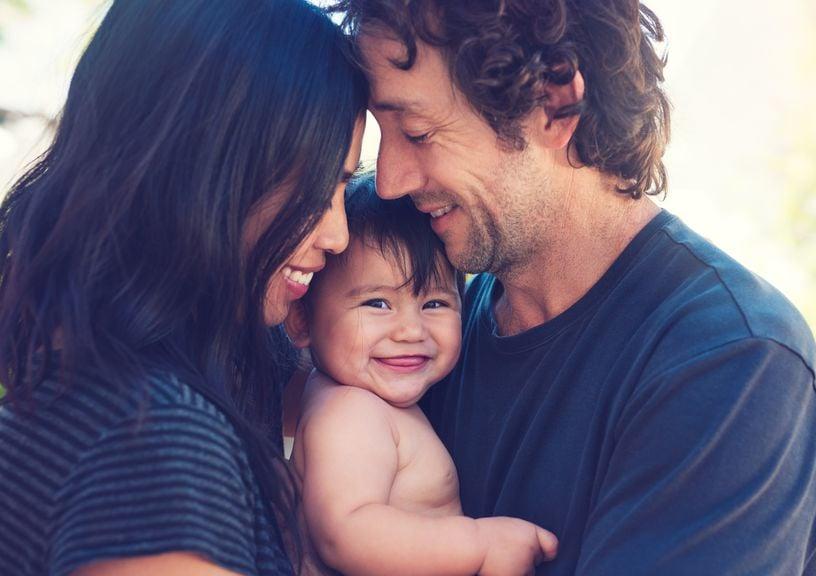 Eltern europäischer und asiatischer Abstammung mit Baby
