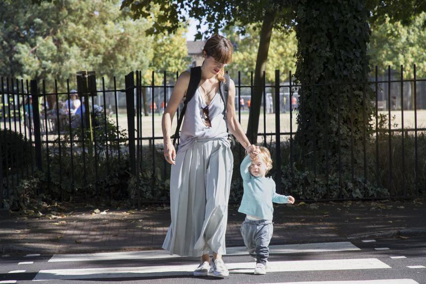 Mutter mit Kind auf dem Zebrastreifen