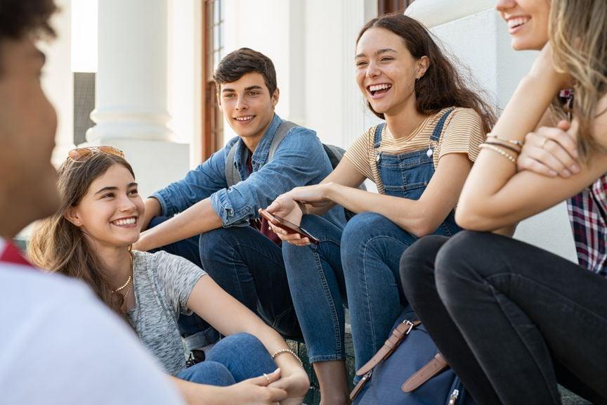 Gruppe Jugendlicher im Gespräch