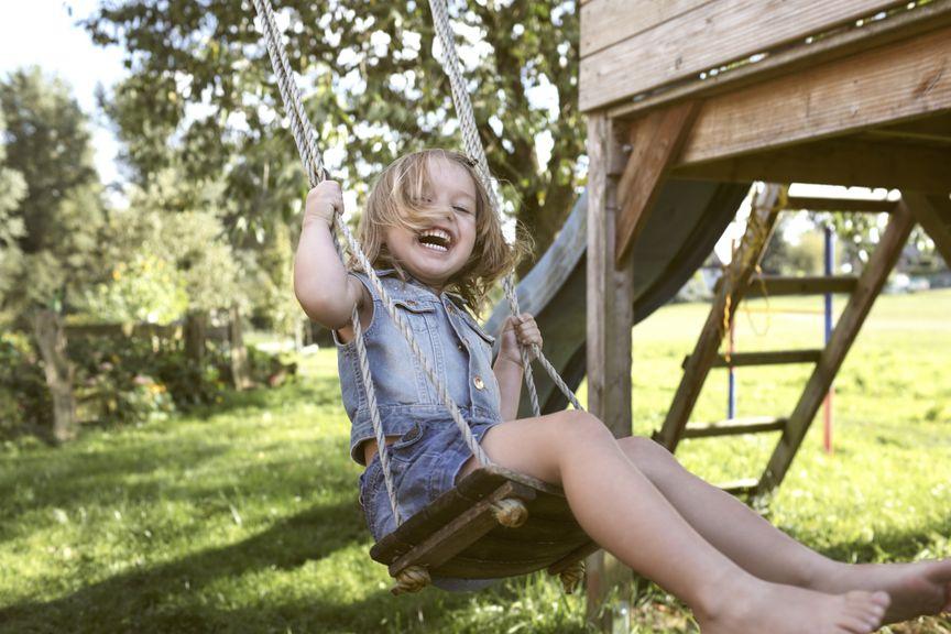 lachendes Kind auf der Schaukel