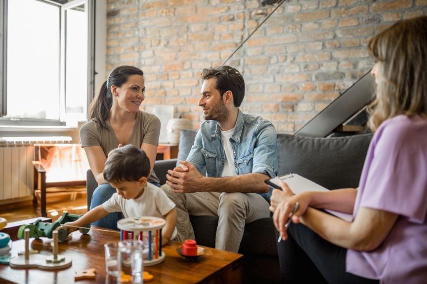 Familienberaterin besucht Pflegefamilie mit Kleinkind