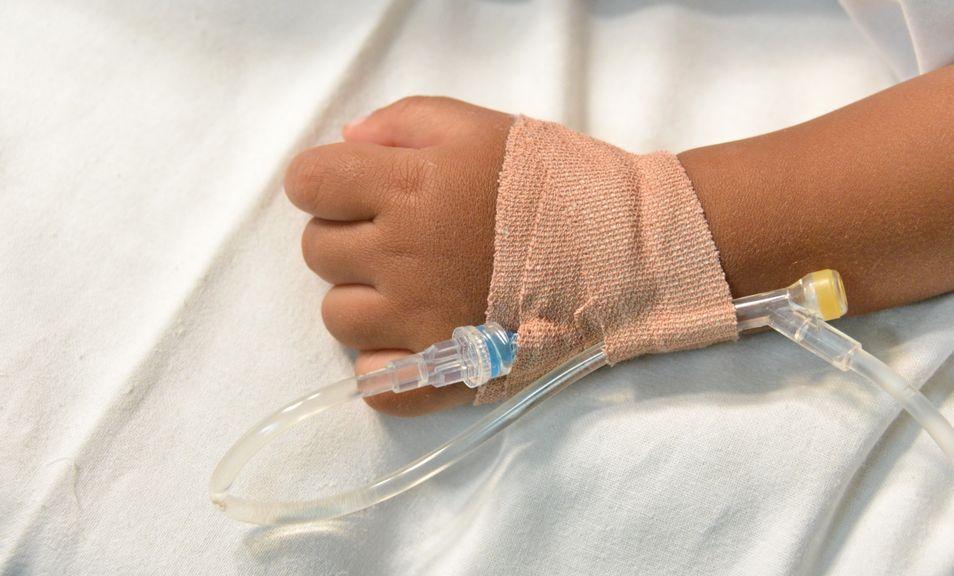 Kinderhand mit einer Infusion