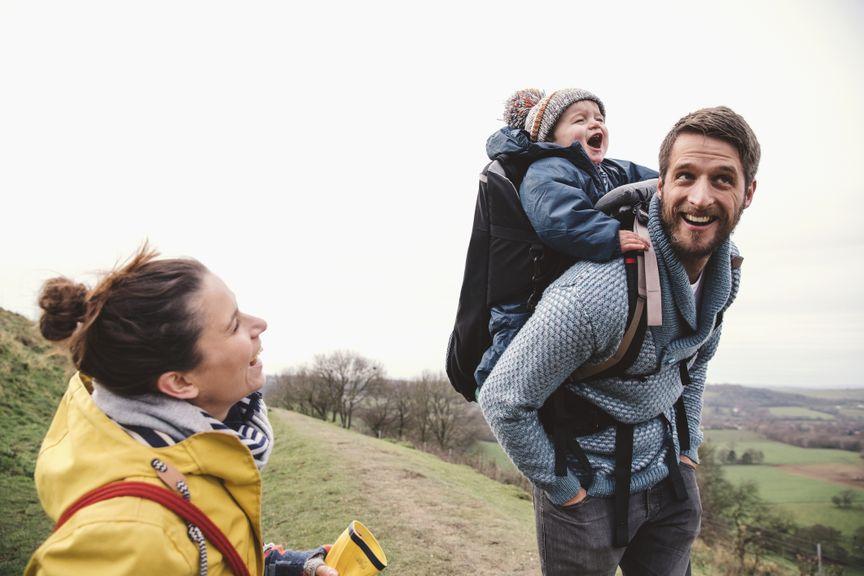 Eltern mit Baby auf einer Wanderung