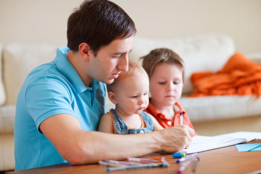 Vater malt mit den Kindern