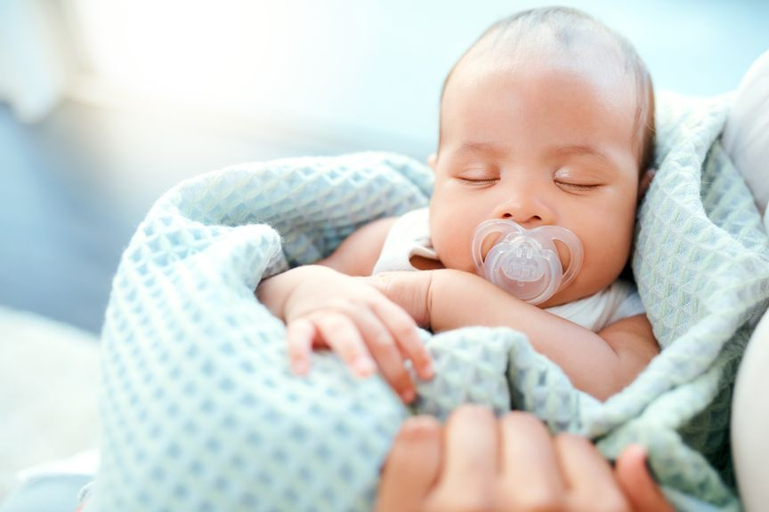 Baby schläft mit Nuggi